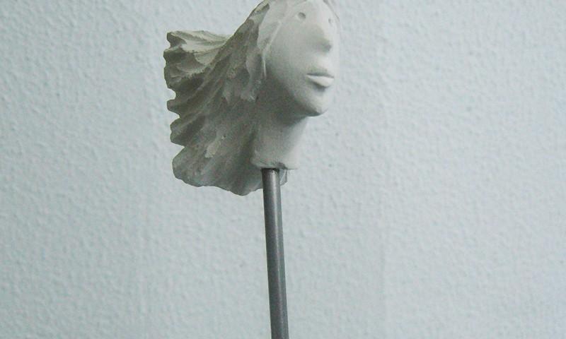 José Plácido, cabeça no ar 2, calcário e inox