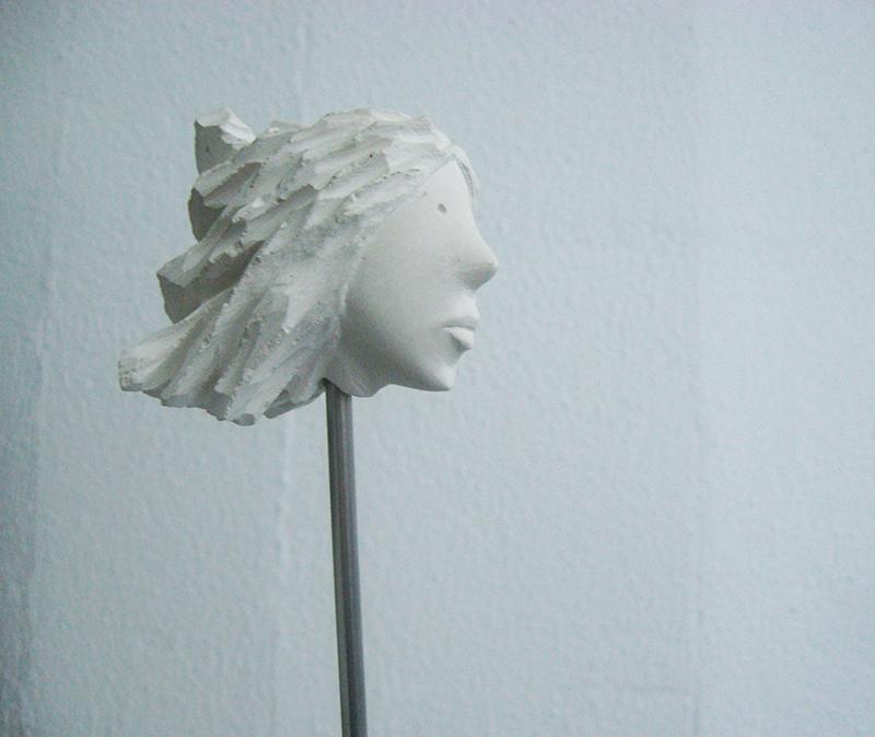 José Plácido, cabeça no ar 6, calcário e inox