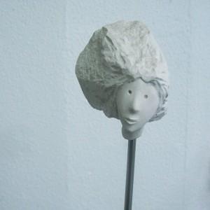 José Plácido, cabeça no ar 8, calcário e inox