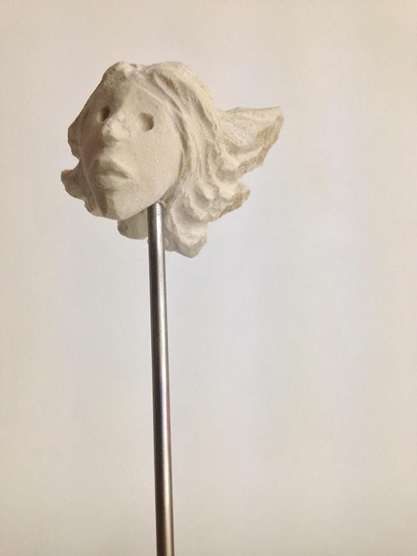 José Placido, cabeças no ar 8, calcario pedra de ançã, aço inox, 2019, 7,5x4,5x5cm - 151x21x23cm