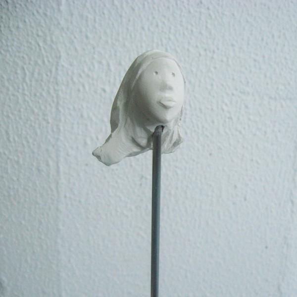 José Plácido, cabeça no ar 4, calcário e inox