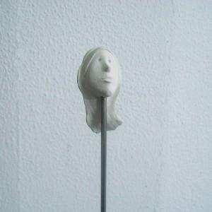 José Plácido, cabeça no ar 5, calcário e inox