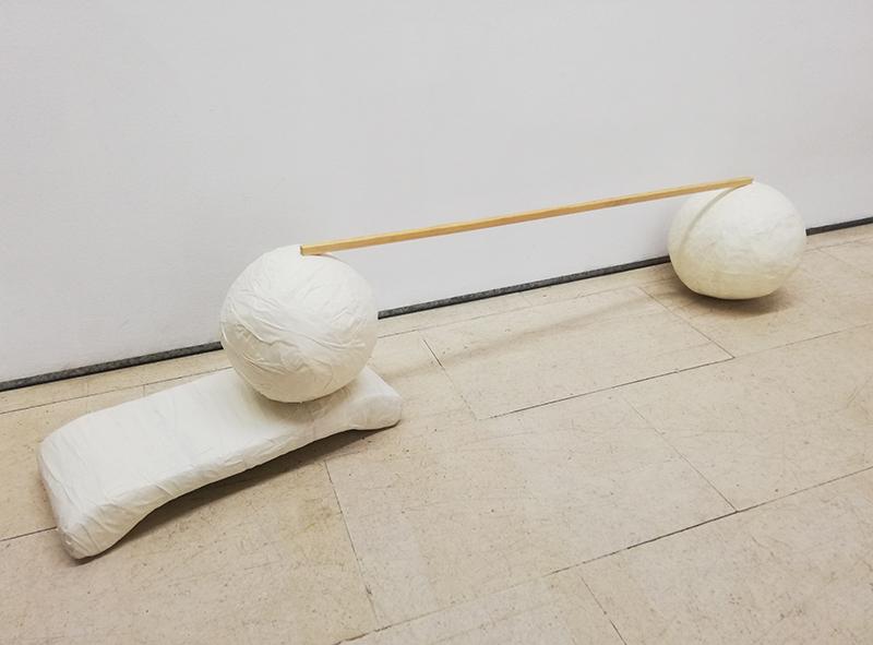 Luís-Silveirinha-Saturno-em-Plutão-escultura-plástico-fita-cola-madeira-2019-139x21x31cm