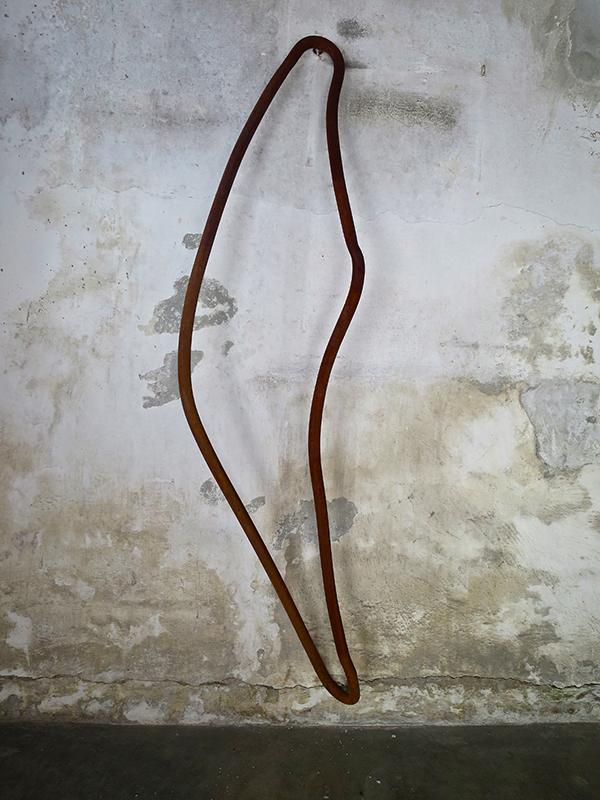 Jorge Abade - Do tornozelo à cabeça em movimento ausente, 2019, 150x40x29cm, ferro oxidado