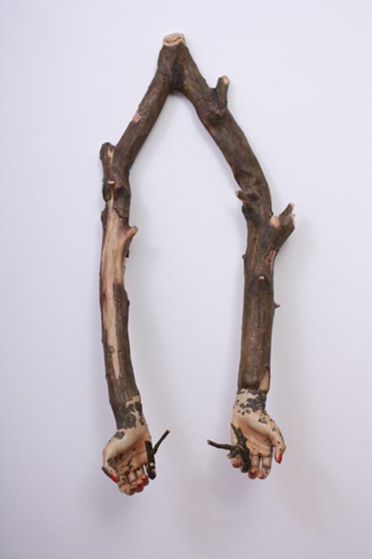 Jorge Abade - Segurar com cuidado, 2010, resinade poliestere tinta, 62x27x18cm