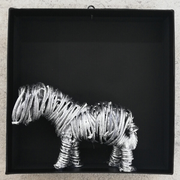 Clo Bourgard - My horse, serie ouef, fio electrico s poliester, 20x20x4cm